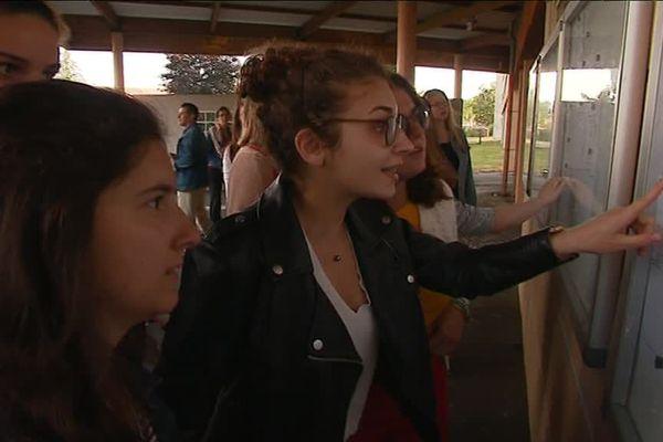 Les derniers instants d'inquiétude devant les résultats du bac au lycée Camille Guérin à Poitiers