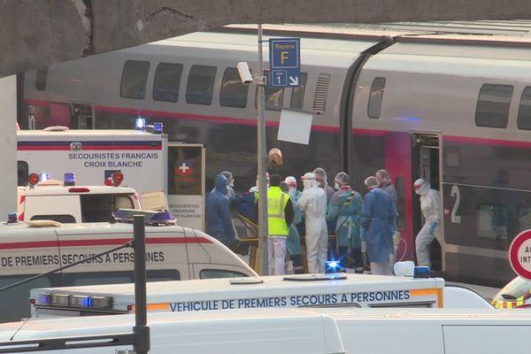 L'un des malades est sur le point d'être installé dans une voiture du TGV