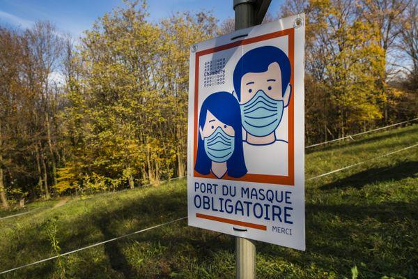Un panneau pour le port du masque obligatoire dans une zone rurale autour d'Annecy, le 17 novembre 2020.