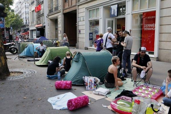 Ambiance camping devant l'Olympia.