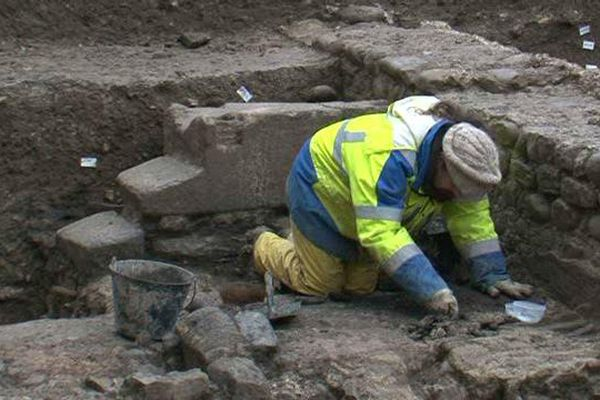 Les archéologues ont découvert un bel escalier construit dans cette maison romaine.
