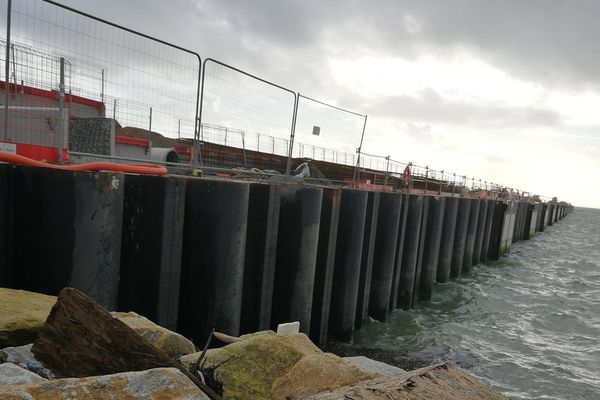 Les palplanques d'aluminium subissent le flux et le reflux des marées et se déforment