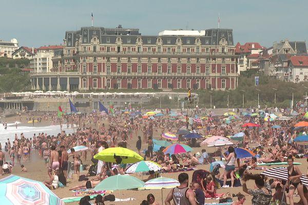 La foule est dense sur les plages de Biarritz ce 8 mai 2021, premier week-end de déconfinement.