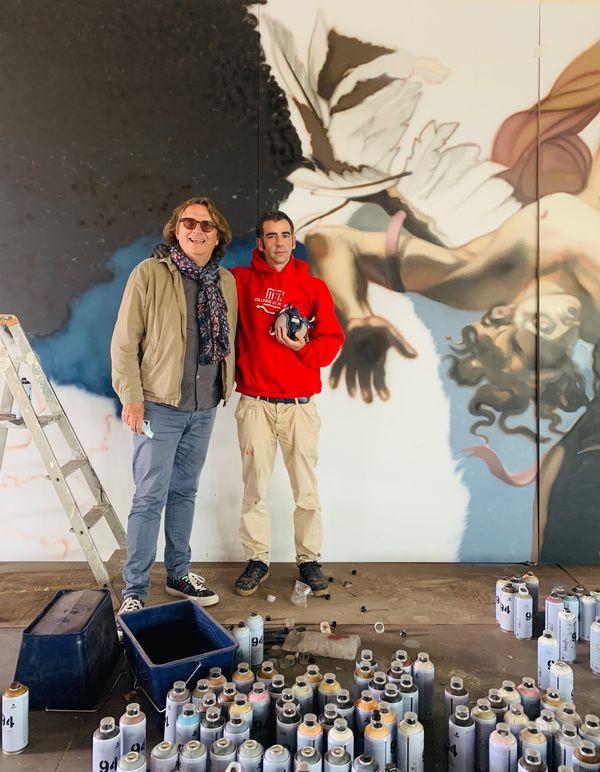 Gérard Lemarié avec l'un des artistes.