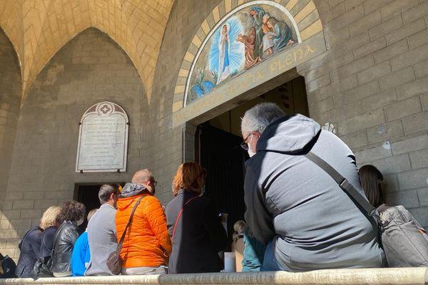 Faute de place, certains fidèles ont été contraints de suivre la messe à l'extérieur de l'église.