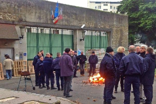 Les surveillants mercredi matin devant la maison d'arrêt d'Orléans (Loiret)
