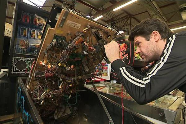 David Rouby répare les anciennes bornes d'arcade.