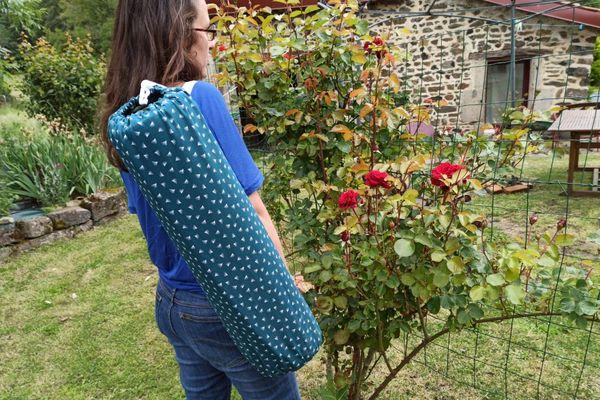Angélique Mangon avec son sac à tapis de yoga réalisé en couture pendant le confinement