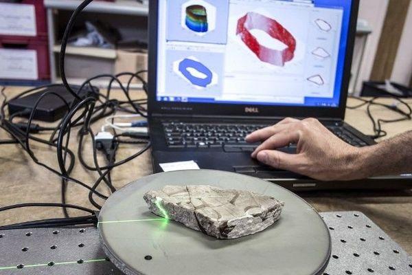L'IUT du Creusot, en Saône-et-Loire, a conçu un outil de numérisation et un logiciel capables de faciliter la reconstitution d'un texte antique éclaté en 1 200 fragments.