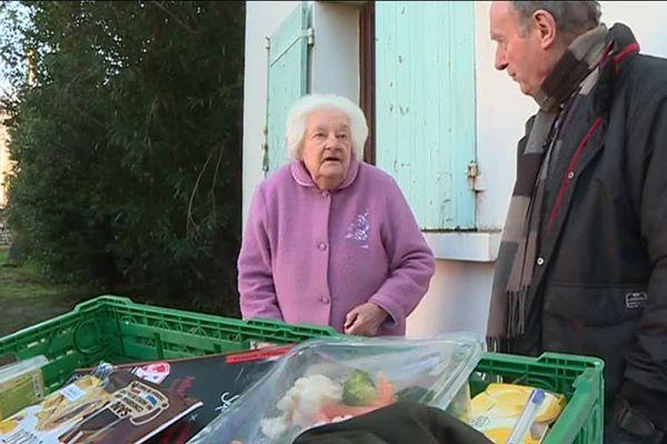 Les bénévoles de la banque alimentaire rendent visite aux personnes âgées pendant les fêtes de fin d'années, l'occasion de leur donner un petit cadeau et de partager un moment avec eux - 27 décembre 2018
