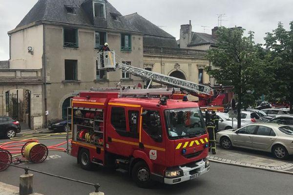 Les pompiers lors de l'intervention pour l'incendie de la place Notre Dame à Vitré