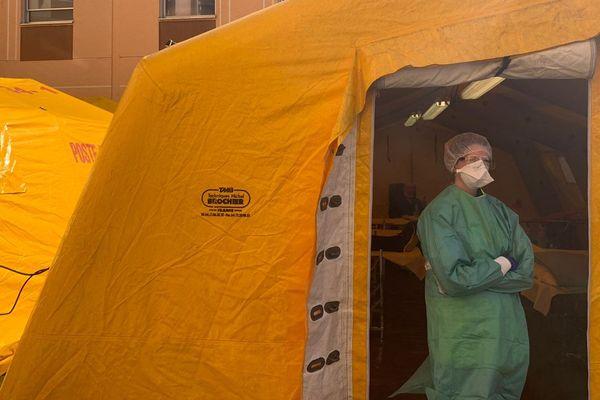 Des tentes spécifiques ont été mises en place à côté du services des urgences de l'hôpital Lapeyronie au CHU de Montpellier. Objectif : faire face à l'épidémie de coronavirus.