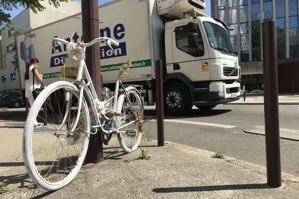 Fin septembre 2020, une jeune femme, cycliste avait été tuée lors d'un accident Bd de la Prairie au Duc. Un vélo blanc rappelle ce drame à cet endroit.