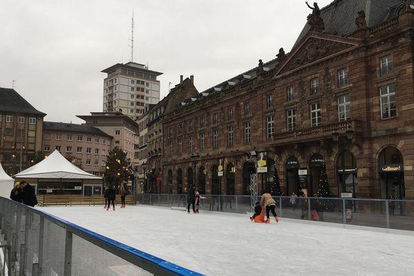 Entre copines, en couple, ou en famille; la patinoire plaît à tout le monde.