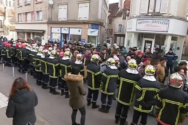 Sapeurs pompiers, habitants, commerçants, tous ont effectué une marche de protestation contre la fermeture des urgences ce vendredi 23 février