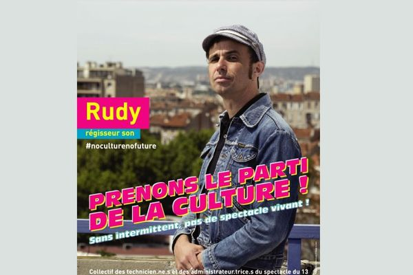 Un collectif d'intermittents recouvre de leurs affiches des panneaux électoraux à Marseille