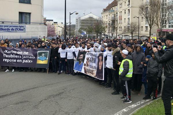 Un millier de personnes se sont rassemblées pour rendre hommage à Karim El Bouayadi, ce dimanche.