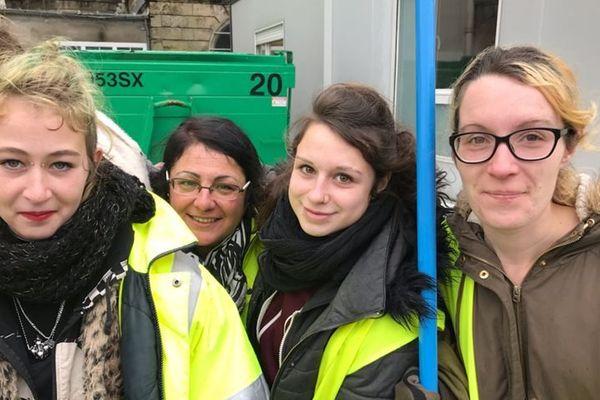Cassie, Alice et Sophie entourées de leurs deux éducatrices.