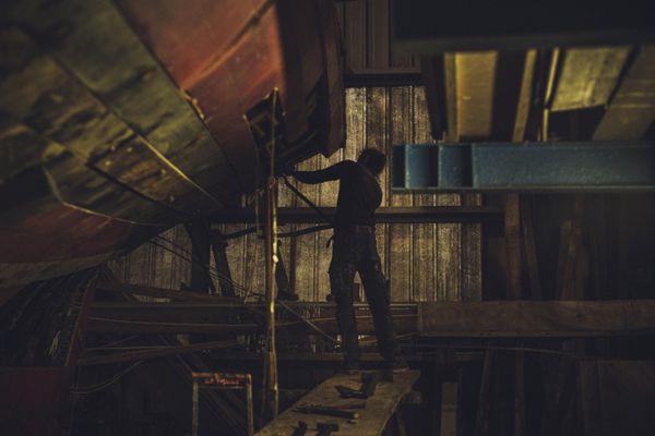 Dans son exposition Gant(t), Stéphane Lavoué a voulu montrer son admiration pour les travailleurs des usines, des quais et des chantiers de bateaux.