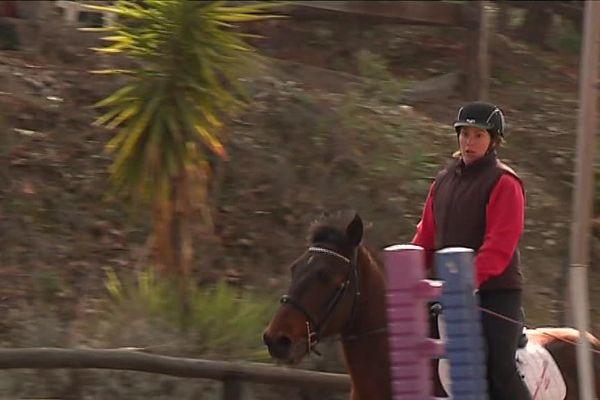 Elsa est une championne d'équitation. Elle travaille aussi dans un centre équestre depuis 9 ans.