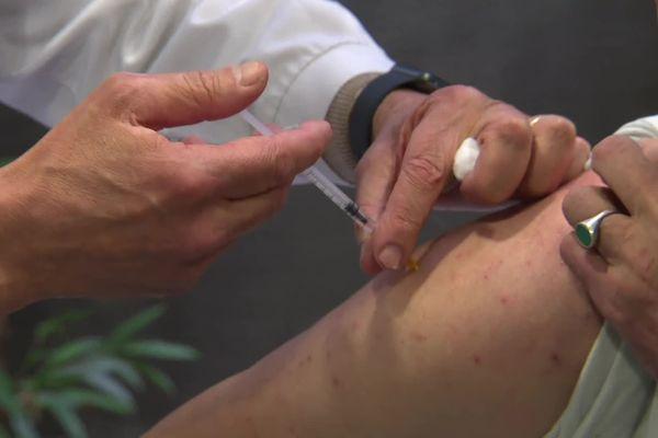 A Armentières, dans le Nord, les médecins généralistes ont commencé à vacciner les personnes âgées de 50 à 64 ans.