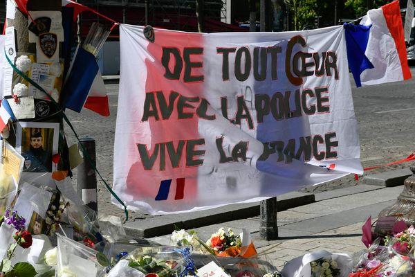 Des fleurs ont été déposées sur les Champs-Elysées pour rendre hommage à Xavier Jugelé, le policier qui a été tué par Karim Cheurfi lors d' une attaque terroriste.