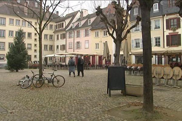 Le marché de Noël de Strasbourg attire chaque année des milliers de touristes. Mais il y a un revers cependant : les locaux ont tendance à fuir le centre-ville à cette période, délaissant les commerces où ils ont leurs habitudes.