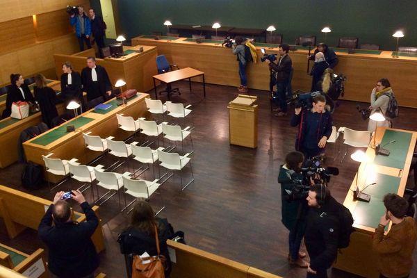 La salle d'audience du tribunal correctionnel de Lyon : les chaises blanches des parties civiles au procès de Bernard Preynat - 13 janvier 2020