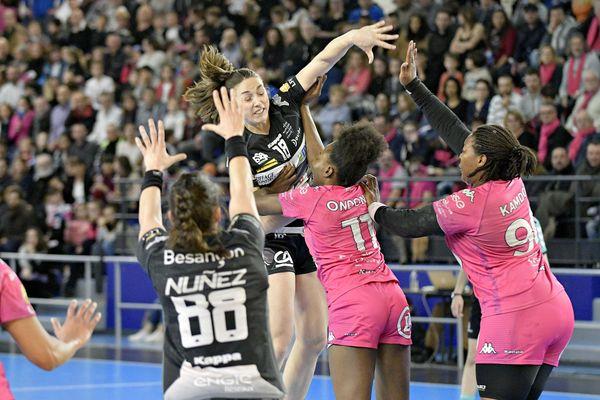 En dépit de leur défaite face à Besançon, les Fleuryssoises, en rose, disputeront les playoffs
