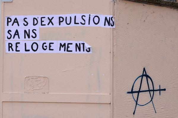 Collage lors d'une manifestation pour le droit au logement.