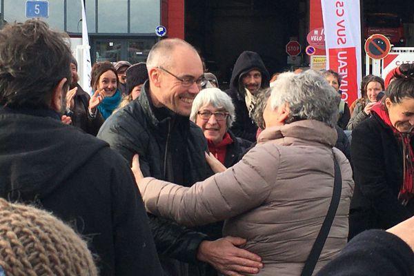 Vincenzo Vecchi salué par ses amis à sa sortie de prison à Rennes en novembre 2019