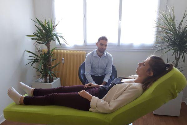 Les hypnothérapeutes aident les fumeurs à modifier la perception de leur comportement de dépendance.