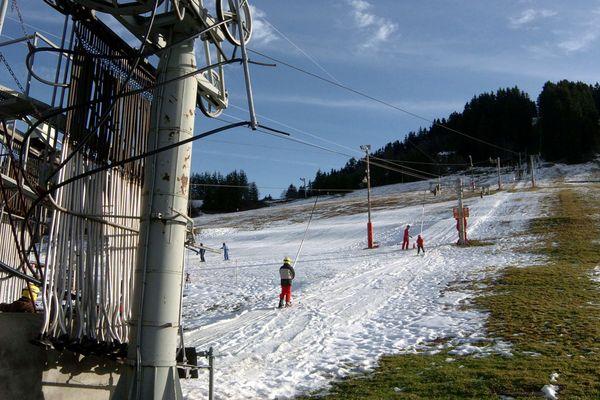 - Photo d'illustration - Des enfants prennent un téléski, malgré un manque de neige qui touche les stations de moyenne montagne.