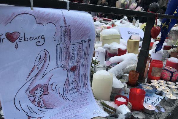 Les hommages continuent place Kléber tandis qu'une personne de l'entourage de Cherif Chekatt est toujours en garde à vue