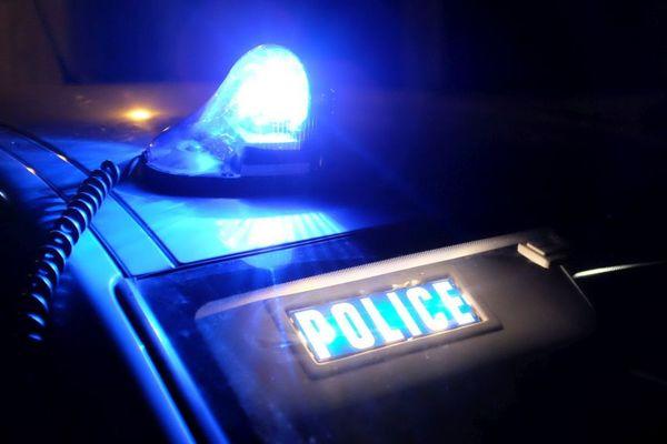 Illustration - Un véhicule de police avec son girophare