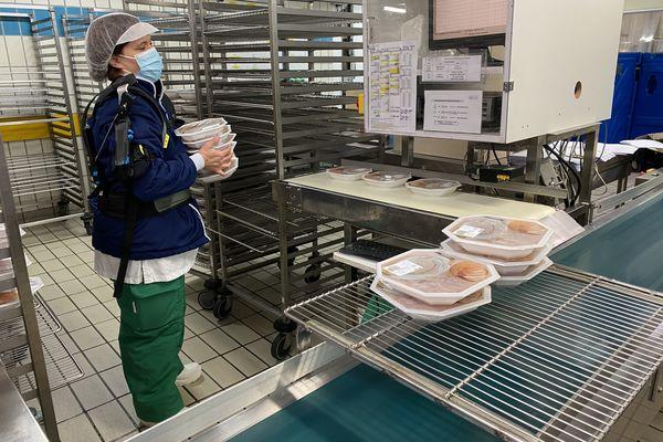 12 000 plats sont préparés quotidiennement. Une activité qui implique des gestes répétitifs.