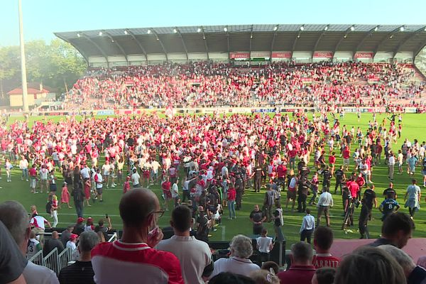 Le préfet reproche notamment au Biarritz Olympique d'avoir laissé les supporters envahir le terrain.