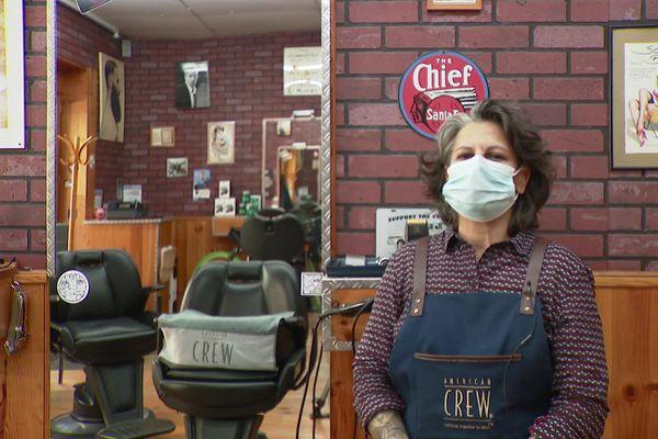 Virginia Begnis est à la tête de ce salon de coiffure depuis 10 ans, pour ne pas perdre son commerce face à la crise, elle a fait le choix d'emménager dedans.