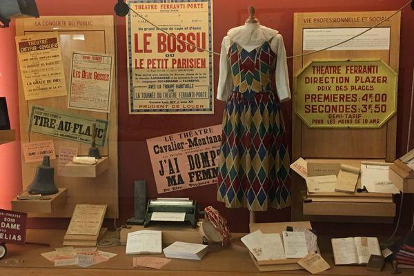 Costumes, décors, accessoires et documents composent les collections du musée. Ici, une des vitrines à découvrir à Artenay.