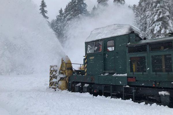 Le Belhack muni d'une fraiseuse déneige les lignes de voies ferrées au Lioran dans le Cantal ce jeudi 31 décembre pour permettre aux trains de circuler à nouveau entre Massiac et Aurillac. La circulation est interrompue depuis le début de la semaine.