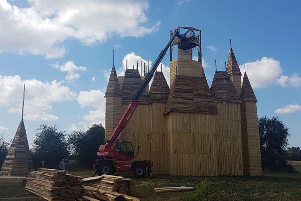 Préparation du feu de la Saint-Jean du 18 août 2018 à Fontenoy-le-Château (Vosges).