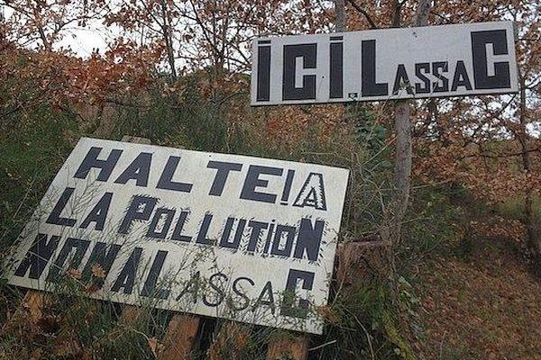 Lassac (Aude) - la population et 3 associations de sauvegarde de l'environnement luttent contre l'installation d'une décharge - janvier 2015.