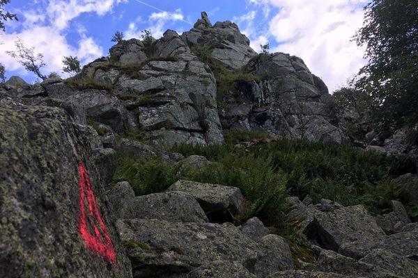 Le rocher menaçant de s'effondrer a été marqué en rouge.