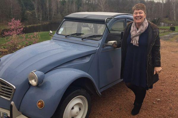 Fiona Barton aime conduire sa 2Cv