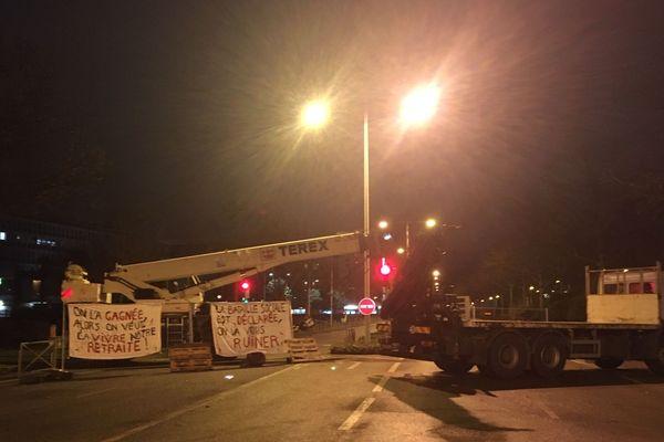 Le camion grue bloque la circulation sur le quai Boisguilbert. Il a été placé en travers de la route par les grévistes.