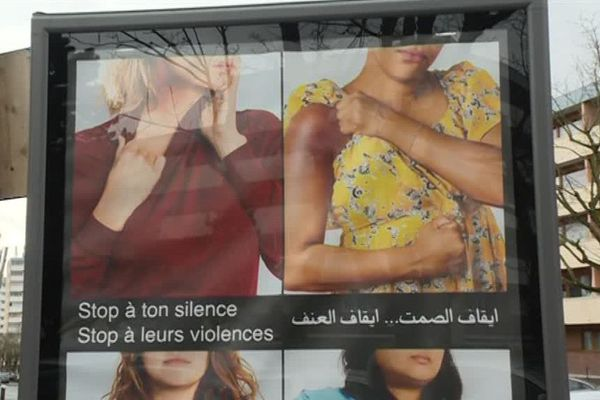 Les messages accompagnant l'affiche sont traduits en arabe, en turc et en anglais.