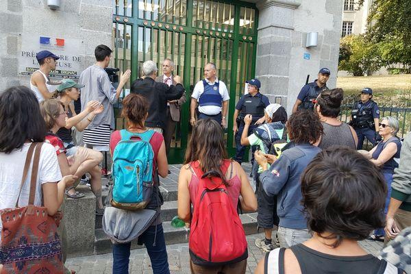 Le collectif de soutien d'Abdel devant la préfecture de la Creuse à Guéret.