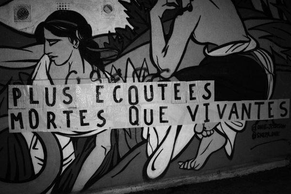 """""""Plus écoutées mortes que vivantes"""", l'un des slogans affichés sur les murs d'Orléans."""