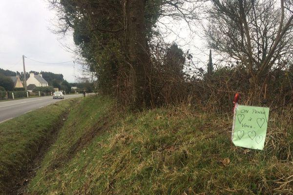 La D770 à Ploudaniel à l'endroit où trois enfants ont perdu la vie dans un accident de la route le dimanche 4 mars