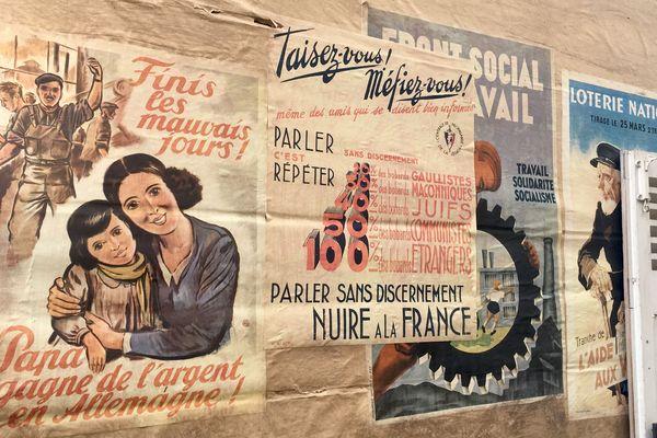 """Certaines affiches rappellent la propagande du gouvernement de Vichy : """"Finis les mauvais jours, Papa gagne de l'argent en Allemagne !"""""""